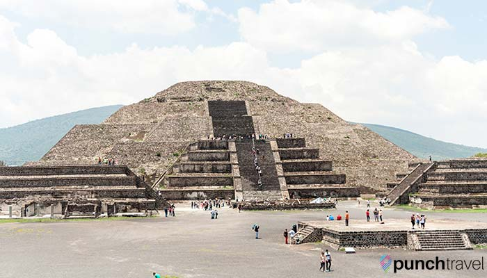 teotihuacan-pyramid-moon